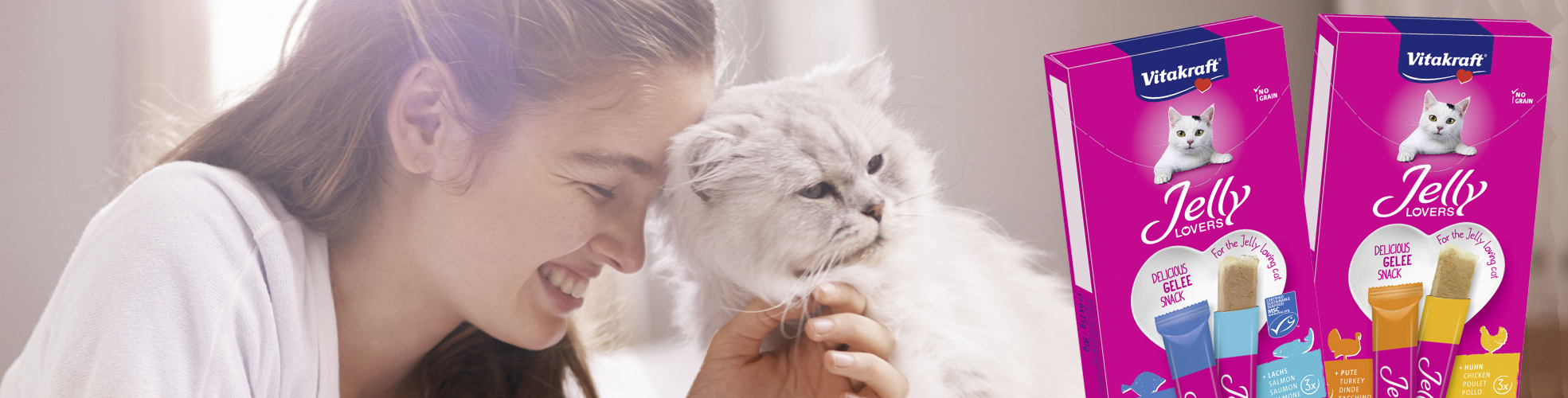 Frau mit Katze betrachtet Jelly Lovers